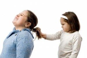девочка дергает за хвост ребенка