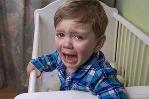 мальчик в кроватке плачет