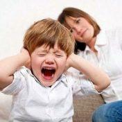мальчик кричит