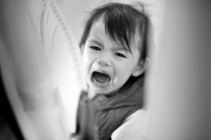 малыш плачет