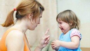 девочка манипулирует матерью