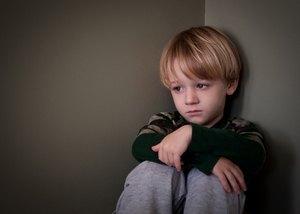 мальчик испытывает страх