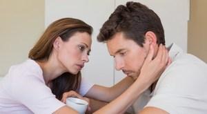 мужа поддерживает жена