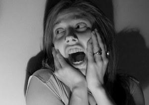 женщина истерит