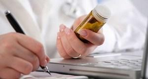 у врача в руках препарат