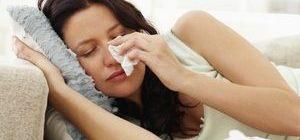 девушка вытирает слезы салфеткой