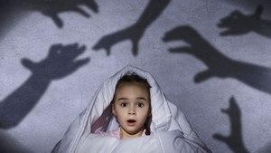 девочка испугана