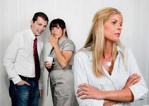 женщина не стремится к взаимодействию с окружающими