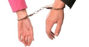 наручники на руках