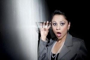 девушка со стаканом у стены