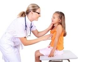 Доктор проводит медицинское обследование