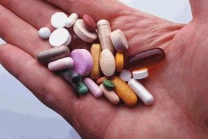 в руке разные таблетки