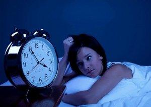 девушка не спит ночью