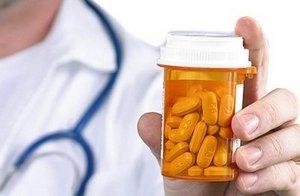 в руке врача таблетки