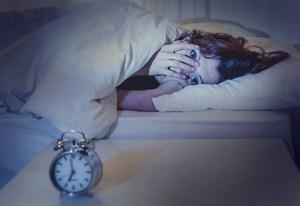 женщина в кровати не спит в раннее время