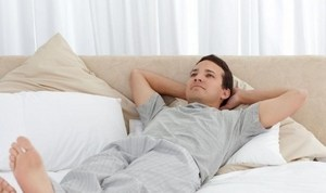 мужчина готовится ко сну