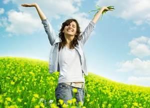 веселая девушка в поле