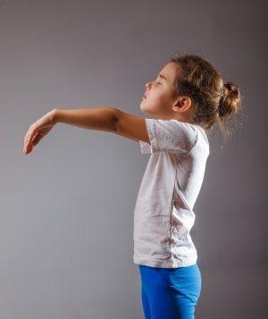 девочка с вытянутыми руками вперед