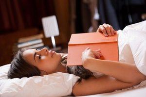 чтение книги в кровати