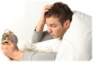 мужчина держит будильник