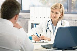 пациент беседует с врачом