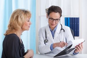 врач дает рекомендации пациентке