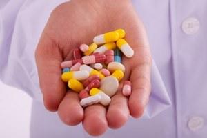 разные таблетки в руке