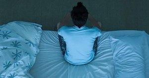 парень на постели
