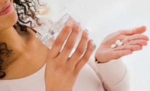 девушка принимает таблетки