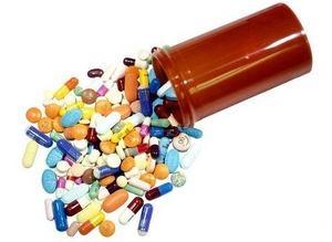 таблетки и капсулы разбросаны