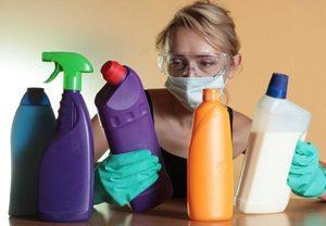 девушка с чистящими средствами
