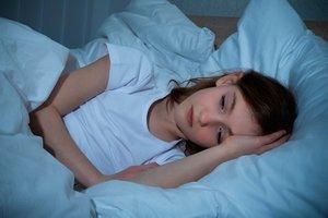 девочка в кровати не спит