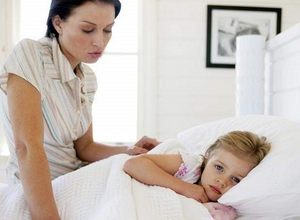 мать сидит возле дочери