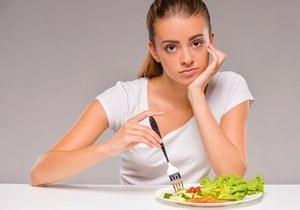 девушка и салат в тарелке