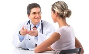 врач назначает лекарство девушке
