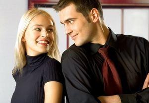 парень и девушка смотрят друг другу в глаза