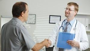 врач жмет руку пациенту
