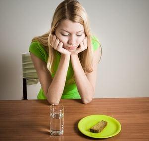 девушка, стакан воды и кусочек хлеба