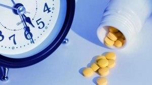 таблетки возле часов