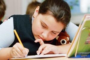 девочка в школе пишет