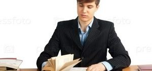 мужчина смотрит в книгу