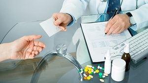 врач дает рецепт пациенту