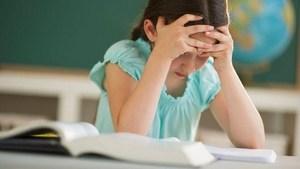 девочка с учебниками