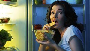 девушка ест печенье