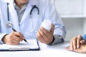 врач выписывает медикаменты пациенту