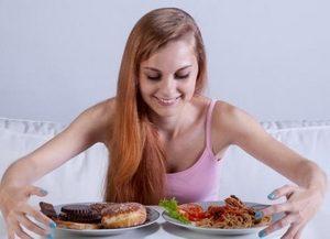 девушка и сладости на тарелке