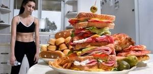 девушка и бутерброды на тарелке