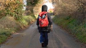 подросток идет по дороге