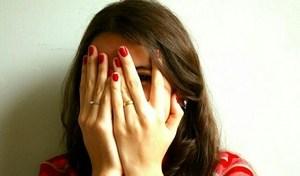 девушка испытывает страх