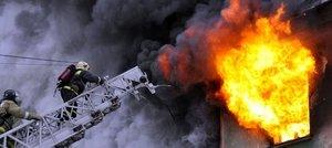 пожарный на лестнице и огонь из окна
